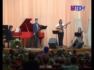 «Да здравствует сюрприз!» Ансамбль «Легкие люди» посетил музыкальную школу Мончегорска с концертом для детей.