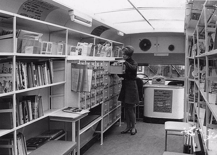 Внутри передвижной библиотеки, 1960-е годы