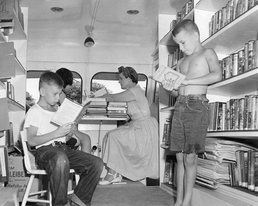 Делают вид, что читают. Внутри мобильной библиотеки