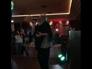 Да же на отдыхе , в Дубаи, Шура порадовал своих слушателей песнями на годовщину ресторана