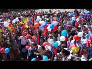 Эрик Завражин (за кадром=) и жители города Морозовска исполняют песню День Победы!