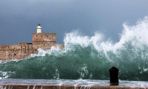 Мощная волна на побережье Греции