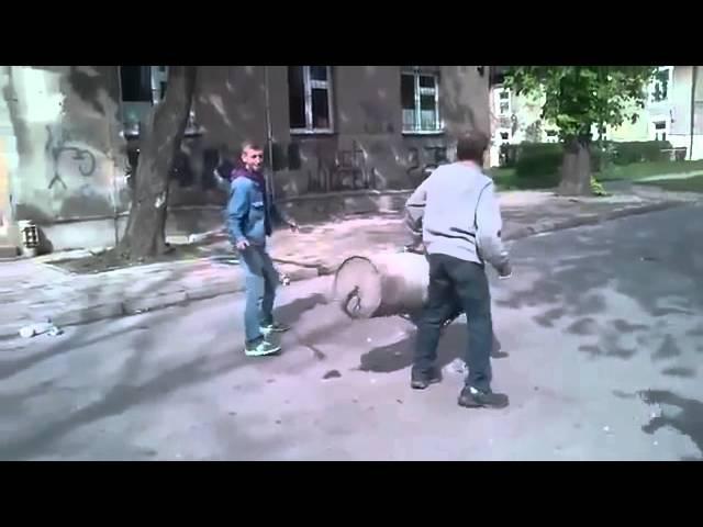 Поляки взорвали мусорный бак!Взрыв как из артилерии