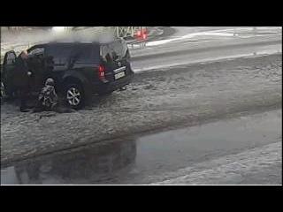 Водитель джипа сбил ребёнка, стрелявшего по машине из игрушечного автомата.