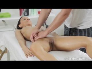 телка выгибает спину перед массажистом и трясет сиськами во время секса