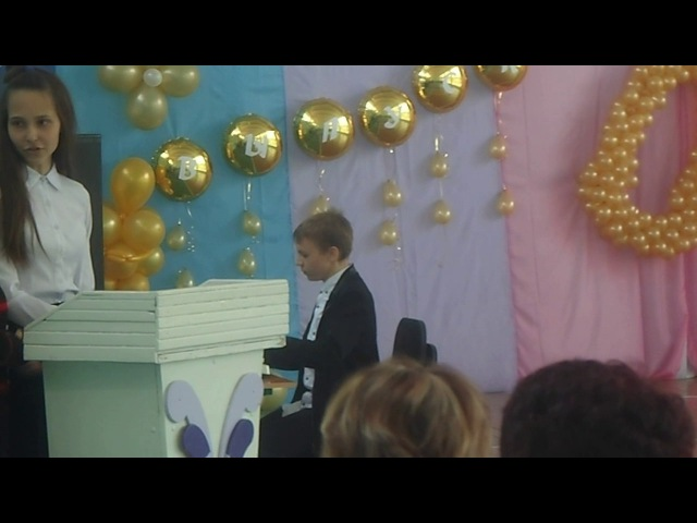 Школьник играет на пианино-клубняк