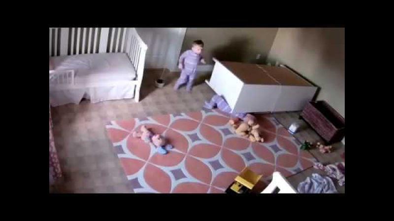 Двухлетний ребенок спас своего брата из-под упавшего комода