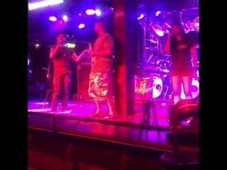 Антоша поёт с тайской группой