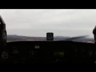 Самолет производит аварийную посадку на шоссе