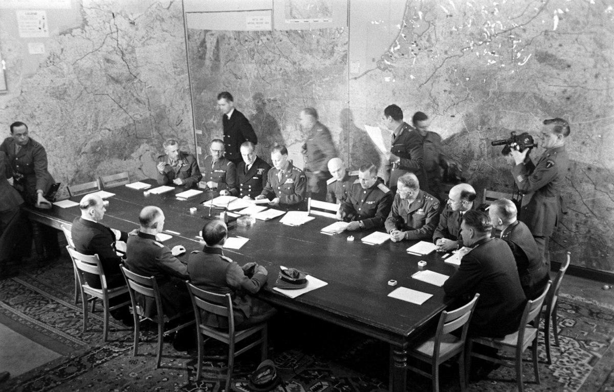 Подписание капитуляции Германии в Реймсе 7 мая 1945 года.