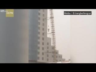 Упал кран в Китае