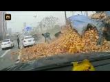 Двое китайцев остались без единой царапины после падения на них грузовика с кир ...