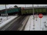 МАЗ разорвало на части двумя поездами на переезде, страшная авария, дтп, жесть