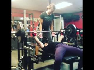 Дженифер Томпсон, жим лёжа 122,5 кг на 5 раз