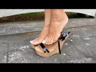Потрясающие ножки!Красивый педикюр очаровательной девушки и прекрасные босоножки!
