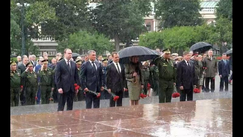 В ДеньПамятиИСкорби Президент России 🇷🇺 Владимир Путин возложил венок к Могиле Неизвестного Солдата в Москве