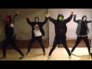 Парни в масках прикольно танцуют