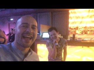 Влад Кадони и Андрей Черкасов поют свои любимые песни в караоке-баре