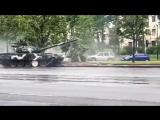 На генеральной репетиции в Минске танк снес дерево и врезался в столб.