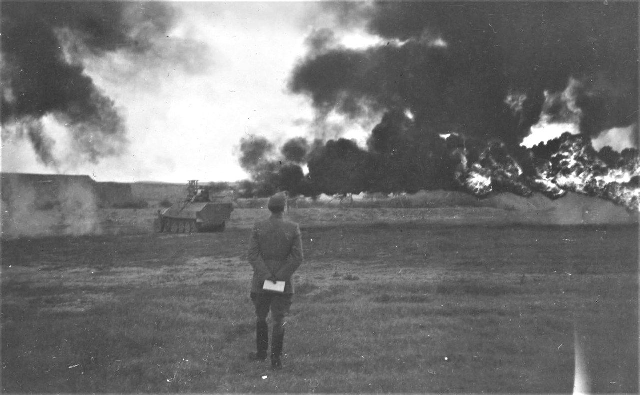 Демонстрация работы огнеметного бронетранспортера вермахта Sd.Kfz. 251/16 в учебном центре венгерской армии в Эстергом-Табор. 1944 г.