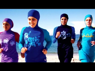 Плавающая в мусульманском купальнике девушка возмутила казахстанца