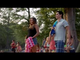Дневники вампира -  - Елена прыгает в воду на пляжной вечеринке (Озвучка Кубик в кубе)