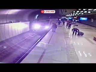 В Казани машинист спас упавшего на рельсы мужчину