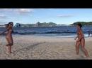 Девушки играют футбол на пляже