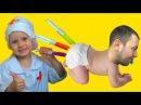 ИГРАЕМ В ДОКТОРА С УКОЛАМИ! РАЗНОЦВЕТНЫЕ УКОЛЫ В ПОПУ! Bad Baby Play Doctor делает укол де ...