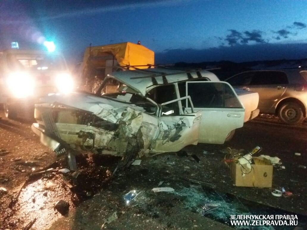 На подъезде к Зеленчукской столкнулись два автомобиля