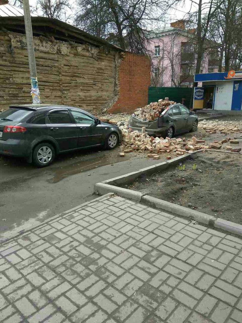 На улице Павлова обрушилась кирпичная стена, повреждены автомобили
