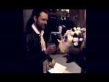 Евгений подписывает автограф.