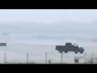 Водитель поставил свою машину вместо шасси самолета (6 sec)