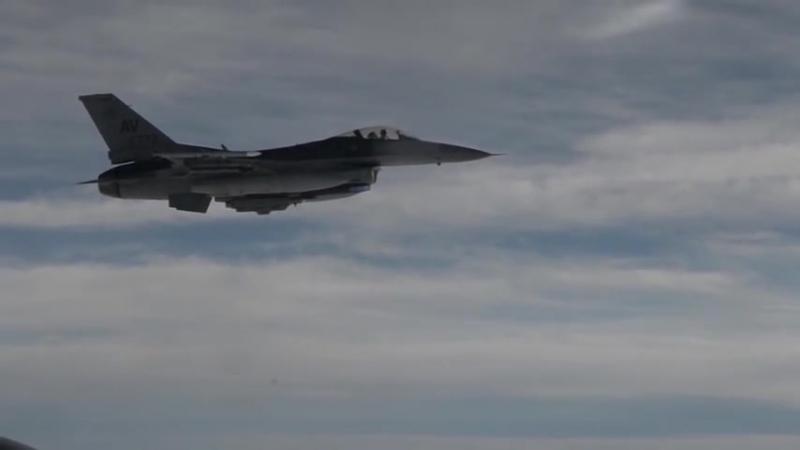F-16 Fighting Falcon дозаправка в воздухе с Boeing KC-135 Stratotanker