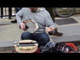 Уличный музыкант играет на теннисной ракетке и не только