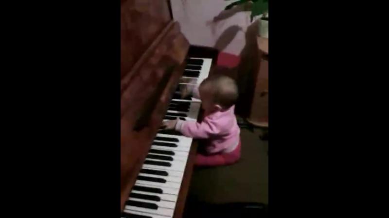 почти как лебединое озеро🎶😄😄😄😁обожаю мою маленькую девочку моя жизнь😘😍мой будущий пианист💝🎹🎼🎵