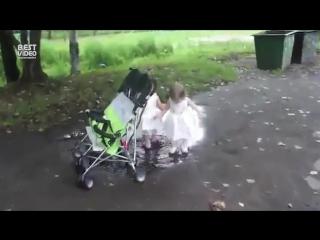 Лужа и девочки в белых платьях