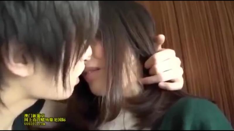 Японка целуется в первый раз