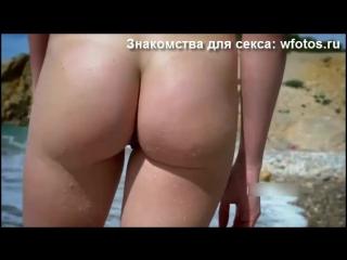 Порно голая девушка на пляже, хочет секса, групповой секс, старик, трахает грудь, трусики, малолетка, несовершеннолетняя