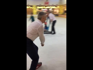 Вместе с маленькими посетителями ЛОТОС PLAZA покатался на коньках. Всем советую!