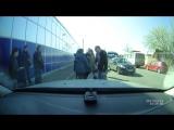 В Краснодаре девушка выпала из автобуса на полном ходу