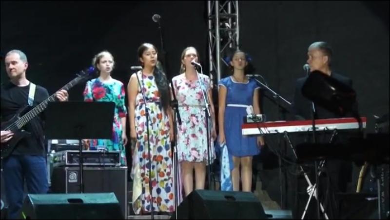 Песню Булата Окуджавы До свидания мальчики исполняет хор Мелодии вечности
