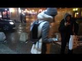 Прорыв пожарного шланга превратил улицу в центре Москвы в каток