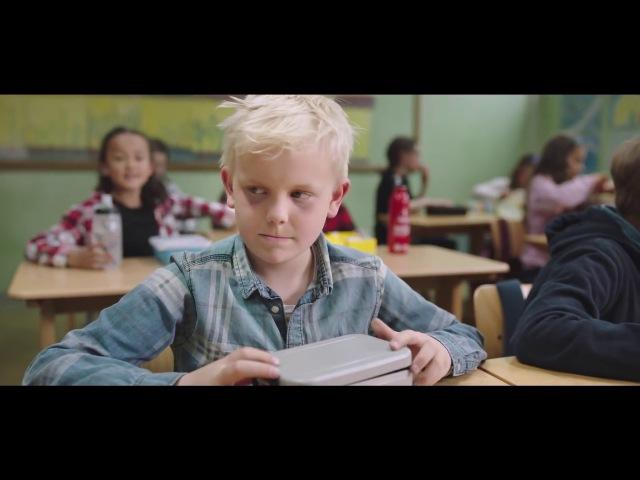 Очень трогательное видео о доброте! Дети делятся едой с голодным одноклассником!