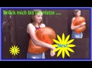 Looner Anna drückt einen Donut-Luftballon mit Muskelkraft, bis er platzt - press to pop