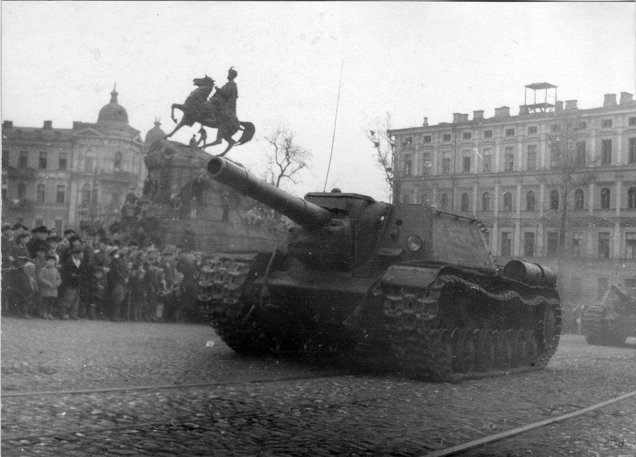 СУ-152, УССР '45 г. Софиевская площадь. Киев, 1 мая 1945 года.