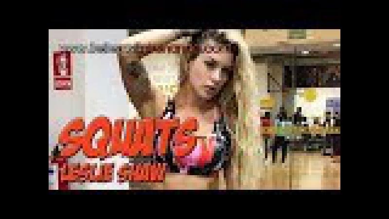 Leslie Shaw haciendo squats y abs en el gym