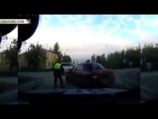 Уходя от погони ВАЗ-2110 протаранил внедорожник и патрульный автомобиль