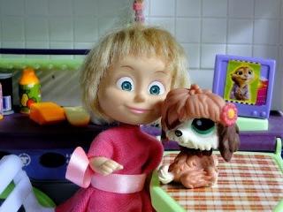 Маша в зоомагазине выбирает питомца для Барби. Мама Барби, Маша и Медведь