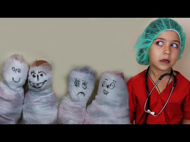 Играем в Доктора лечим кукол! Доктор Эмилюша бинтует пациентов от всех болезней...